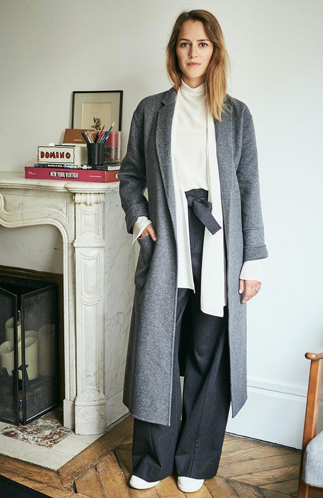 Comptoir des cotonniers Philippine porte le manteau oversize en laine, la blouse en soie avec lavallière et un pantalon large en laine rayée.