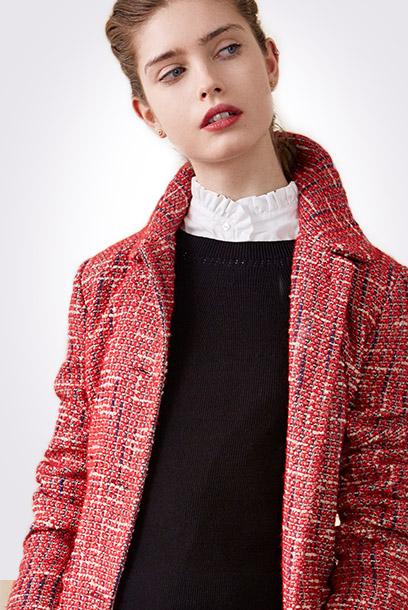 Look - Abrigo de tweed y camisa con textura y volantes