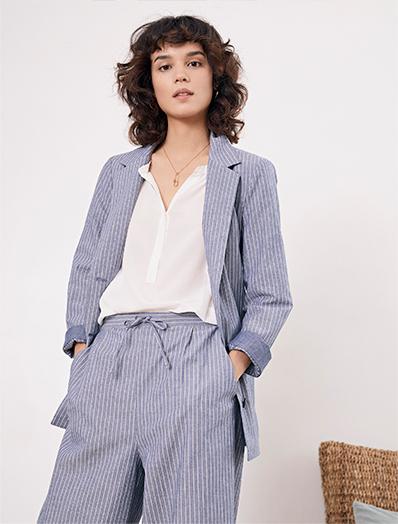 Look femme - Manteau caban en laine, pantalon en laine, Pull en laine, sneakers