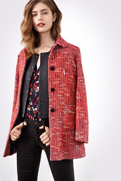 Look - Abrigo de tweed, cazadora de cuero y blusa estampada
